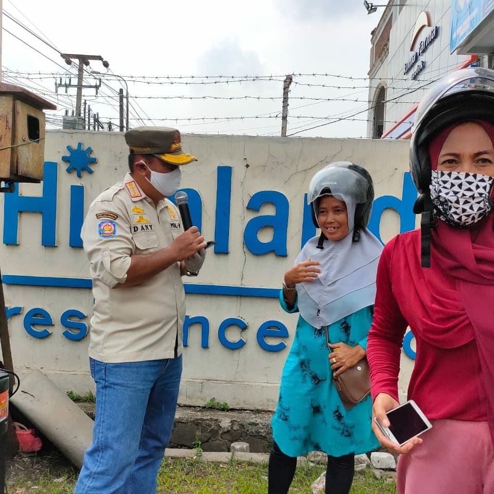 Razia masker di patung debus, depan gerbang KSB