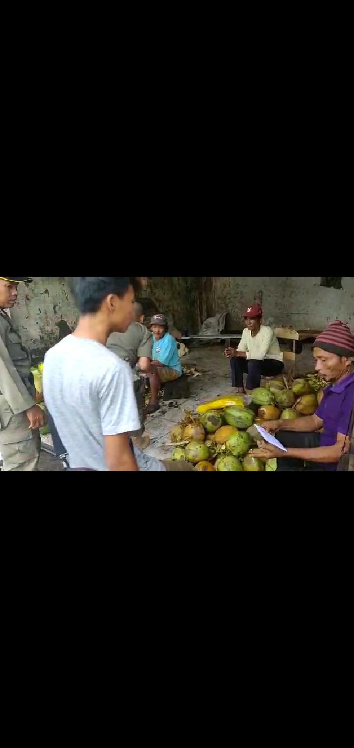 Pemberian surat teguran kepada pedagang kelapa dipasar lama